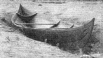 Dette er en rekonstruksjon av en båt som ble funnet under utgravingen av Gokstadskipet plassert der en av båtgravene på Gulli i Vestfold ble gravd ut. Det er trolig en lignende båt som er satt ned ijorda på Bjørnstad. Foto: E 18- prosjektet,Kulturhistorisk museum