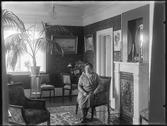 Interiøret i bestyrerbolig på Kalnes med statsministerkone Ingrid Kolstad i 1932. Foto: Christian Emil Larsen