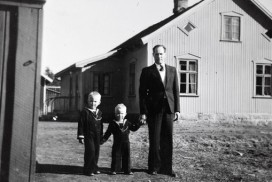 Lærer Røynesdal utenfor Jelsnes skole påske 1946