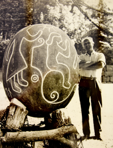Kunstner Einar Dale lagde ristningene – naturen hadde selv ordnet den perfekte formen på stenen.Foto: privat