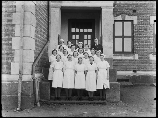 Lande Fortsettelsesskole i 1930 med skoleinspektør Arne Braadland. Foto: Christian Emil Larsen.