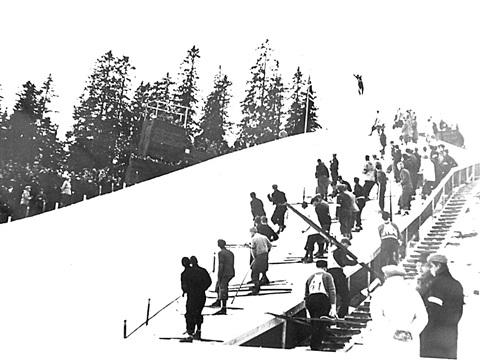 Hopprenn i Strømnesbakken i Øvre Tune i 1928. Roger Ruud i svevet