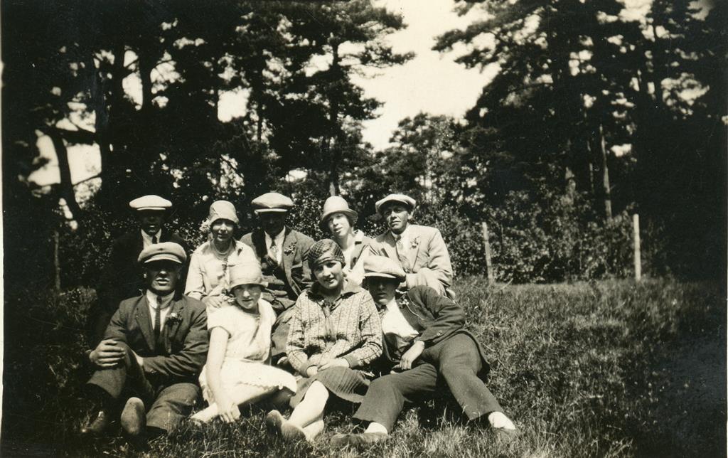 Hygga eller Tingstad. Samling utenfor lokalet i 1928