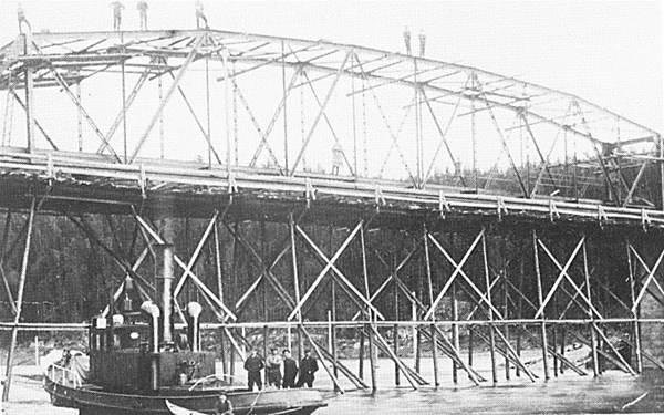 Gamle Trøsken bru under oppføring i 1912