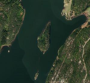 Tunevannet med Storholmen og Lilleholmen sett ovenfra.  Kilde: kart.gulesider.no