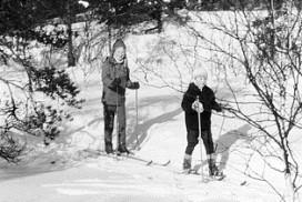 Anne Kristine og Jon Magne Aagaard på skitur på Hannestas i 1969.