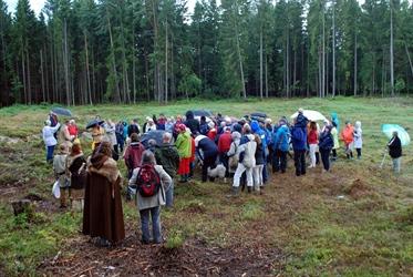Under åpningsseremonien av Opstadfeltet ble de fremmøtte møtt med musikk sang og slik den kanskje lød i jernalderen. Foto: Erling Bakken.