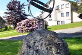 Soluret montert på Himmelsteinen utenfor Tune kommunelokale
