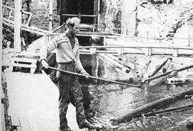 Tømmertunnelens innslag ved Isnesfjorden. Ragnar Johansen i arbeid i 1975
