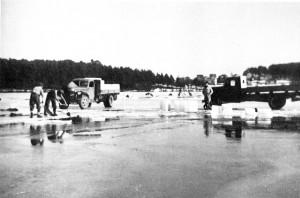 <center><em>Isskjæring på Tunevannet i 1946. <br /> Fotograf: ukjent.</em></center>