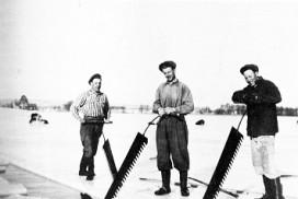 Isskjæring på tunevannet i 1946. Fra venstre Arne Glomvik, Andre Skjelle og Arne Brevik